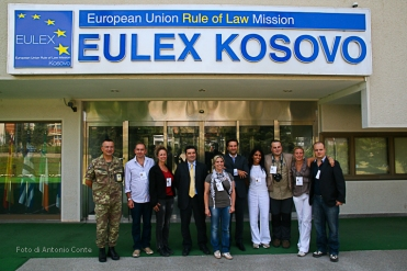Foto di gruppo presso Eulex in Kosovo