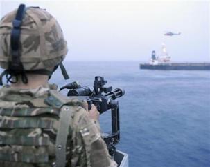 Militari pattugliano un tratto di mare in una immagine di archivio