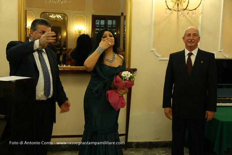 Il Gen. Mansi con il Maestro Rosario Mastroserio e del soprano Rossella Ressa