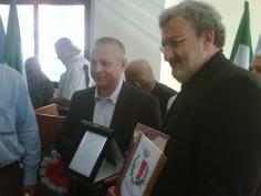 28-04-12 sindaco Emiliano riceve cittadinanza dal sindaco Kiaimi