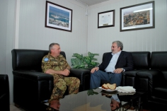 28-04-12 sindaco Emiliano ricevuto dal generale Lamanna