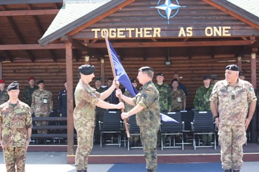 COMKFOR consegna la bandiera della NATO al Ten.Col. VIGNA TAGLIANTI