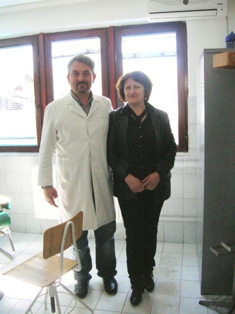 Jelica, la direttrice dell'ospedale, con uno dei medici