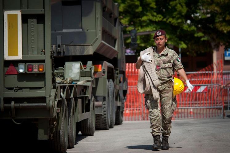 soldatessa in soccorso