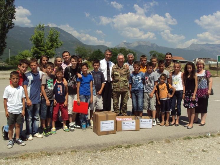 Una scolaresca riceve aiuti umanitari
