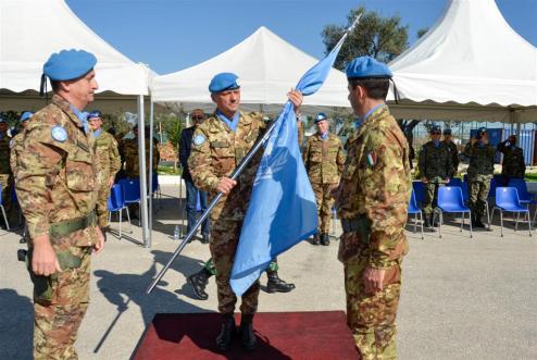 Col Capradossi riceve la bandiera dal generale Bettelli (Large)
