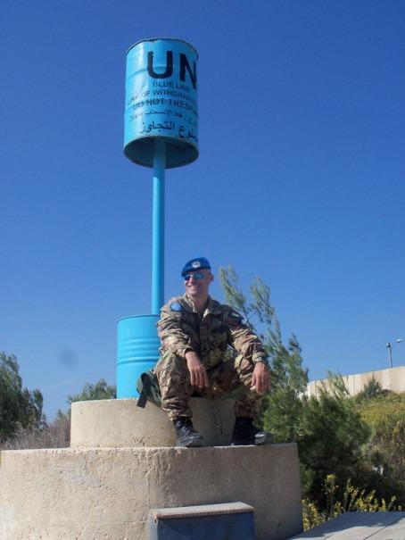 Ten Col. Andrea Martorana, seduto su un Blue pillar, l'indicatore di confine tra Israele e Libano;