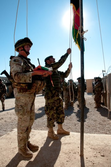 Bandiera afghana issata.