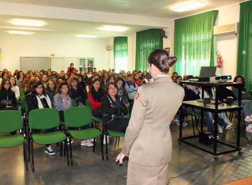 Il 6° Reggimento Bersaglieri incontra gli studenti delle scuole provinciali