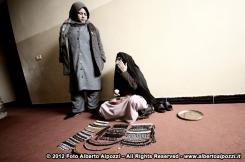 Donna Afgana realizza bracciali e collanine