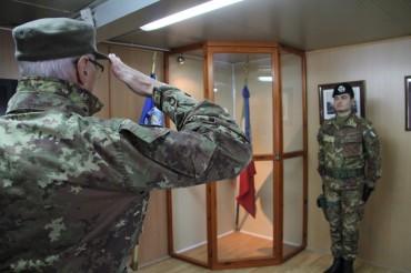 Il Gen. C.A. Abrate, Capo di Stato Maggiore saluta la bandiera
