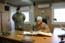 Il Gen. C.A. Abrate firma il libro degli ospiti