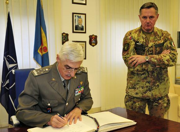 Il Gen. Abrate firma il libro degli ospiti del COFS