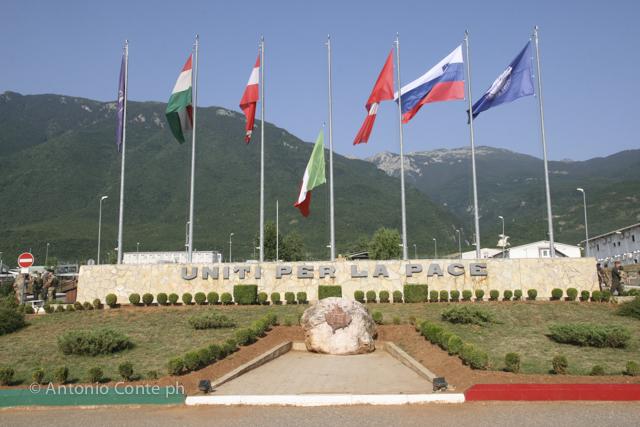Le bandiere del Villaggio Italia di Pec/Peja in Kosovo. Missione NATO, Foto di Antonio Conte