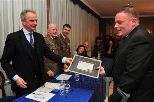 Avv Di Palma consegna targa al vincitore Franchi