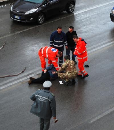 Il soccorso del Ten. Col. Medico Pierluigi Palumbo, in servizio presso il Comando della Brigata Meccanizzata Pinerolo mentre presta soccorso ad un motociclista vittima di pirata della strada a Bari.