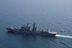 l'ab 212 di nave san marco in avvicinamento alla nave russa