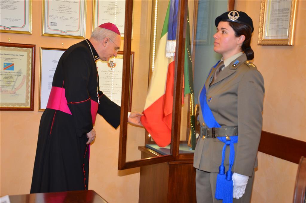 Mons pelvi rende omaggio alla bandiera di guerra del for Bandiera di guerra italiana