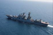 nave severomosk in navigazione con l'elicottero di nave san marco