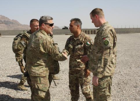 01. il generale Milley viene accolto dal dal colonnello Sindoni al suo arrivo a Farah