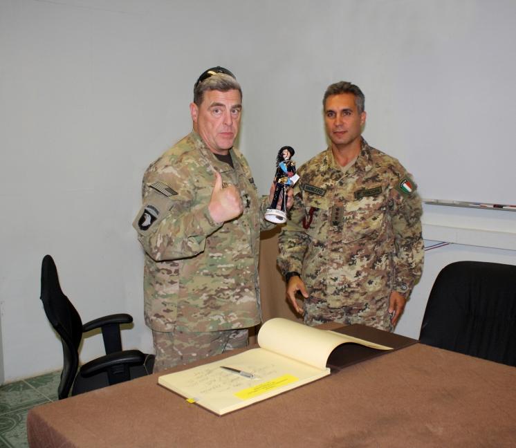 04. il colonnello Sindoni consegna al generale Milley la statuetta del bersagliere