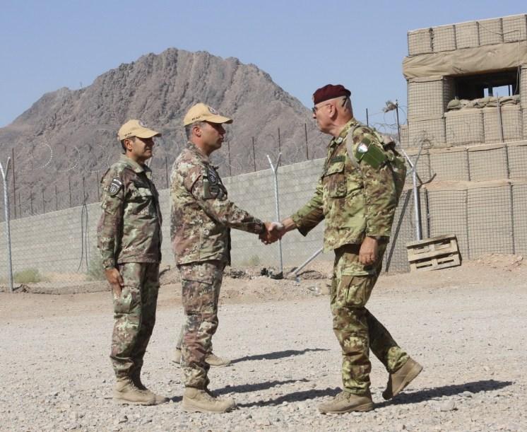 01. il generale Bertolini (dx) accolto dal Comandante della TSU-S all'arrivo a Farah