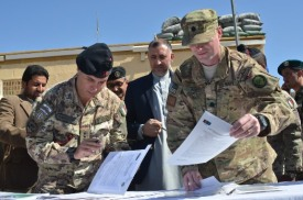 Il Col. Sindoni (IT) ed il C.F. Fogt (US) firmano rispettivamente la cessione della FOB e del PRT