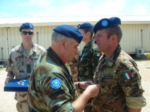 Gen. AHERNE consegna la medaglia a personale italiano del MATE HQ