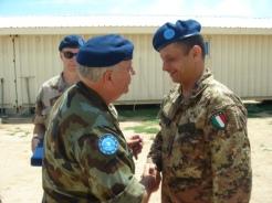 Gen. AHERNE consegna la medaglia al comandante del MATE Col. Lorenzo CUCCINIELLO