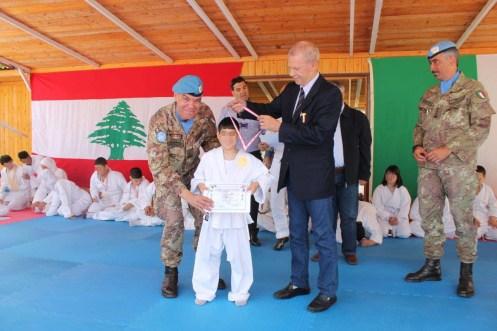 Cooperazione Italia Libano. Il Gen. Riccò premia un bambino libanese