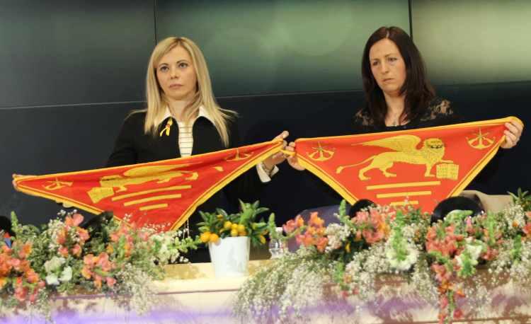 Sanremo 2014, le mogli dei marò in sala stampa