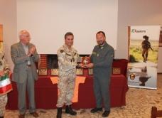 il Col. Sindoni dona un crest al Ten.Col. Pisani