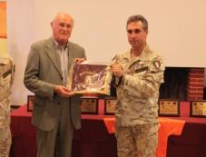 il Col. Sindoni dona una drappella al Dott. Salvatore Castelli delegato CONI provinciale