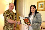 il Gen. Del Col consegna il crest della Brigata al Console