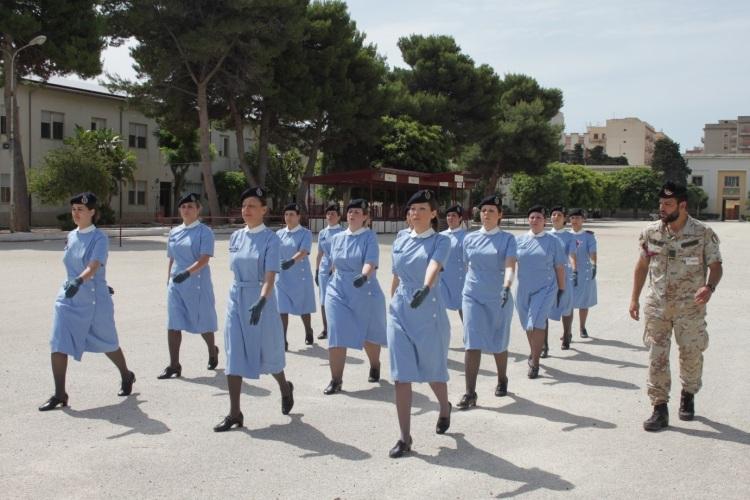 Allieve della Croce Rossa Italiana in addestramento presso il 6° Bersalgieri