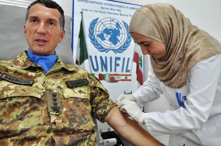 Il Comandante di ITALBATT Colonnello Elio BABBO dona il sangue per la croce Rossa di Tiro