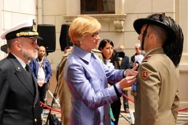 il Ministro della Difesa On. Roberta Pinotti conferisce la Medaglia d'Argento al Valor Militare al CMS Millocca