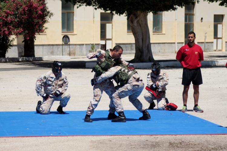 bersaglieri del 6° reggimento durante una dimostrazione del metodo di combattimento militare
