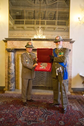 Il Gen Primicerj consegna al Gen Rondano il logo del Comando Supporti