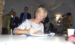 il Ministro della Difesa firma l'albo d'onore