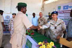 il Gen. Maggi consegna il diploma ad una guardia di custodia