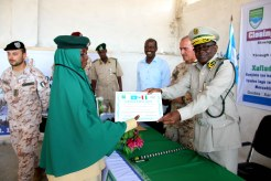 il Generale Jama consegna il diploma ad una agente di custodia