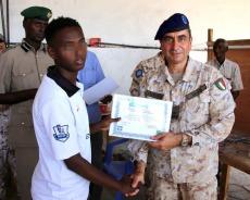 il Generale Maggi consegna il diploma ad un detenuto