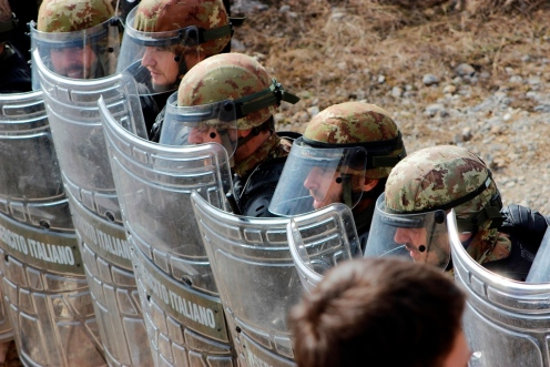 militari italiani in assetto antisommossa 2