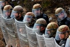 Militari italiani in assetto antisommossa