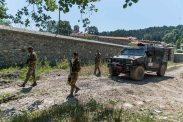 pattuglia appiedata dei militari italiana in prossimità del monastero di Decane