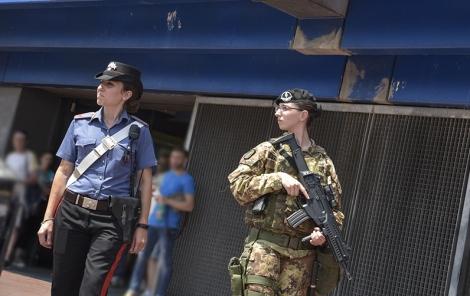 """Roma/ Metro """"Cinecittà"""". I militari del 9° Reggimento Fanteria """"Bari"""" fermano giovane in possesso di Hashish eMarijuana"""