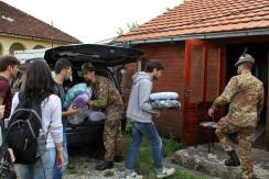 studenti della LUISS e militari italiani durante la donazione