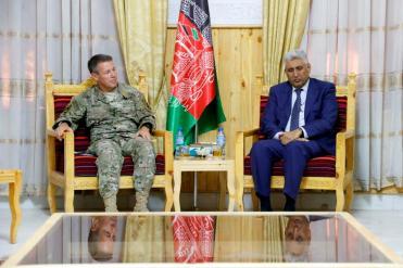 Foto 13 - Gen Miller con il Governatore di Herat