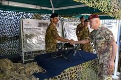 Il generale Castellano saluta i militari